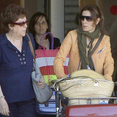 Raquel Sánchez Silva y su madre aterrizan en Ibiza tras el entierro de Mario Biondo