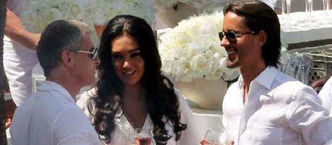 Tamara Ecclestone y Jay Rutland con un invitado durante una de las celebraciones de su boda