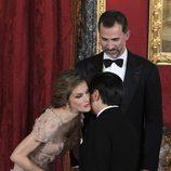 La Princesa Letizia besa a Naruhito de Japón junto al Príncipe Felipe en una cena de gala