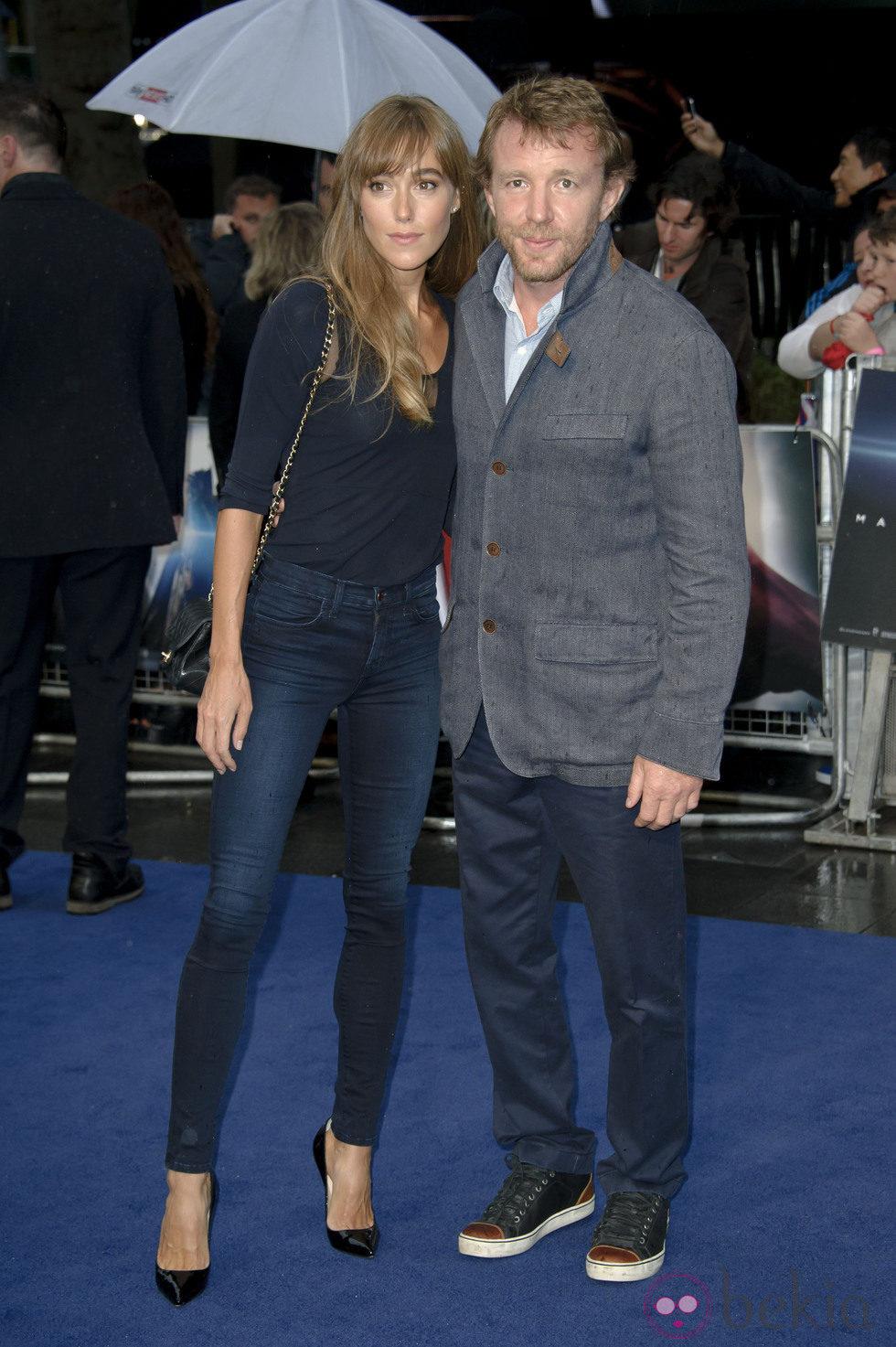 Jacqui Ainsley y Guy Ritchie en el estreno europeo de 'El Hombre de Acero' en Londres