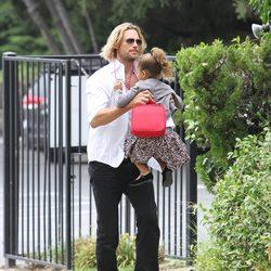 Gabriel Aubry pasea junto a su hija Nhala en Los Ángeles
