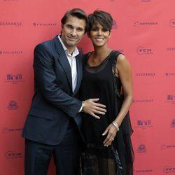Halle Berry y Olivier Martínez presumen de embarazo en París