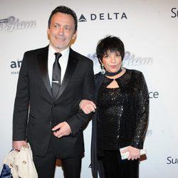 Liza Minnelli acompañada en la gala amfAR 2013 de Nueva York