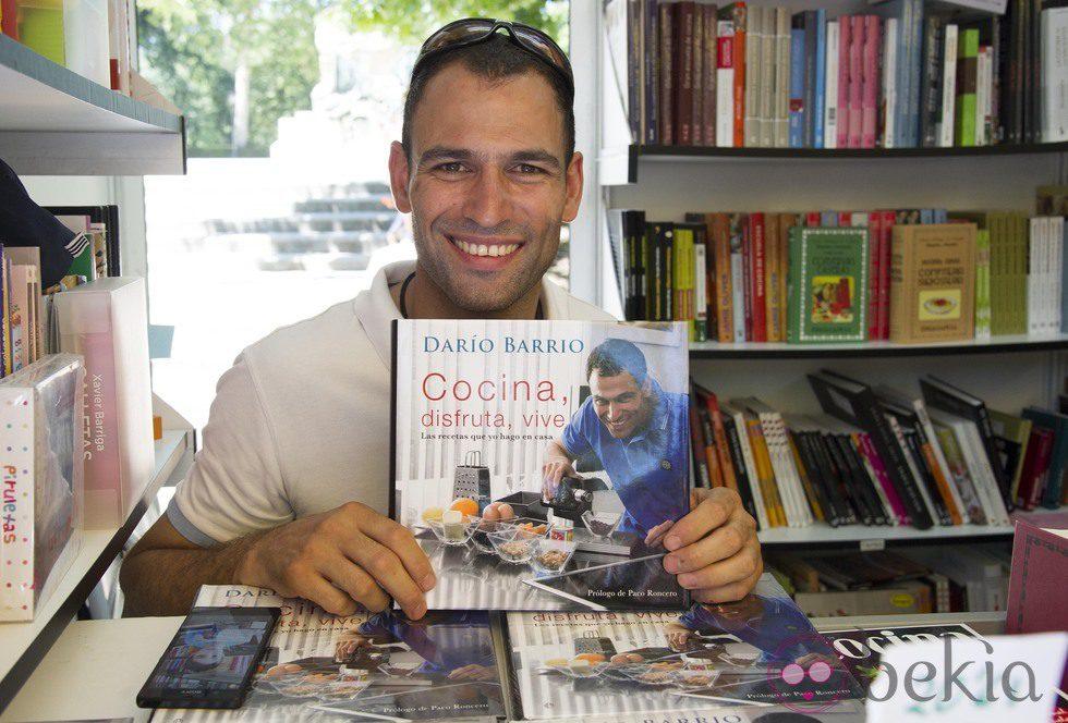 Darío Barrio firmando ejemplares de su libro en la Feria del Libro de Madrid 2013