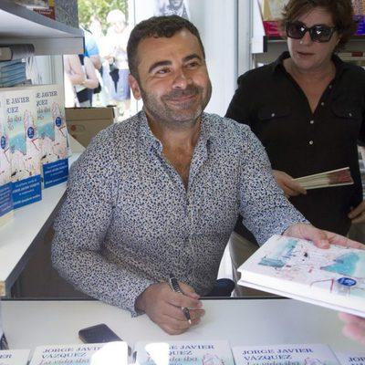 Jorge Javier Vázquez firmando ejemplares de su libro en la Feria del Libro de Madrid 2013
