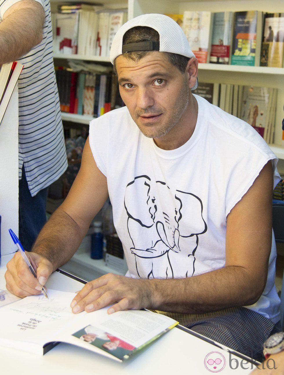 Frank Cuesta firmando ejemplares de su libro en la Feria del Libro de Madrid 2013