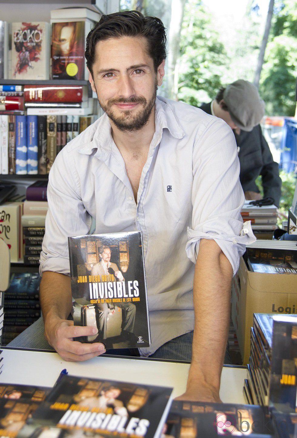 Juan Diego Botto firmando ejemplares de su libro en la Feria del Libro de Madrid 2013