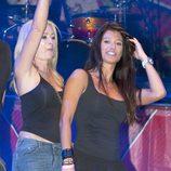 Olvido Hormigos y Sonia Ferrer en un concierto de Obús