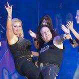 Raquel Mosquera con Fortu durante un concierto de Obús
