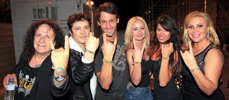 Fortu, Álvaro Muñoz Escassi, Olvido Hormigos, Sonia Ferrer y Raquel Mosquera en un concierto de Obús