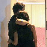 Álvaro Muñoz Escassi y Sonia Ferrer abrazados en un concierto de Obús