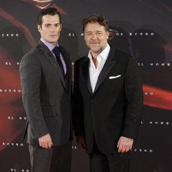 Henry Cavill y Russell Crowe en el estreno de 'El hombre de acero' en Madrid
