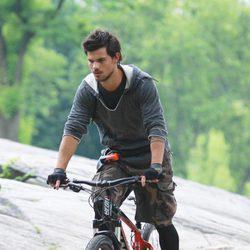 Taylor Lautner monta en bicicleta durante el rodaje de su nueva película 'Tracers'