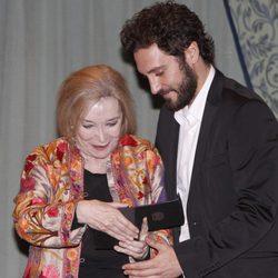 Álex Gadea entrega un premio a Nuria Espert en los premios de La Casa del Actor 2013