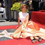 Jennifer Lopez posa con su estrella en el Paseo de la Fama de Hollywood