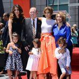 Jennifer Lopez con sus padres, su hermana y sus hijos Emme y Max en el Paseo de la Fama de Hollywood