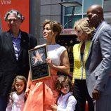 Jennifer Lopez sostiene una réplica de su estrella con Gregory Nava, Jane Fonda, Keenan Ivory Wayans y sus hijos