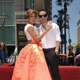Jennifer Lopez con Casper Smart posando con su estrella en el Paseo de la Fama de Hollywood