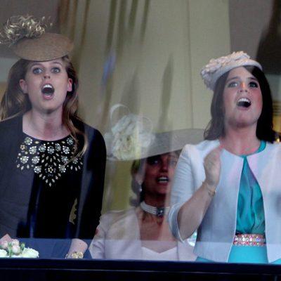 Beatriz y Eugenia de York animan al caballo de la Reina Isabel en Ascot 2013