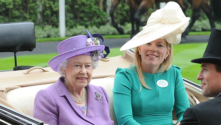 La Reina Isabel con Peter Phillips y Autumn Kelly en Ascot 2013