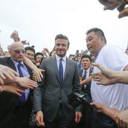 David Beckham entre la multitud a su llegada a Shangai