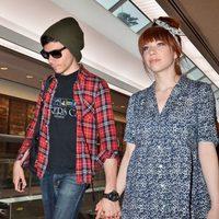 Carly Rae Jepsen y su novio en el areopuerto de Narita (Tokio)
