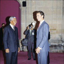 Nelson Mandela con el Príncipe Felipe en los Premios Príncipe de Asturias