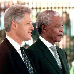 Bill Clinton y Nelson Mandela durante un actor oficial