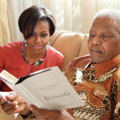 Nelson Mandela muestra su autobiografía a Michelle Obama