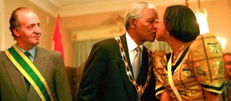 El Rey Juan Carlos asiste a un beso entre Nelson Mandela y su esposa
