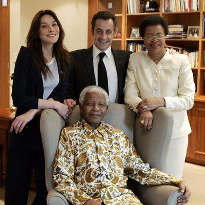 Nelson Mandela rodeado por Carla Bruni, Nicolas Sarkozy y su esposa