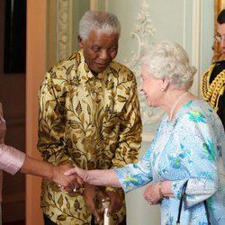La Reina Isabel II recibe a Nelson Mandela y su esposa en el palacio de Buckingham