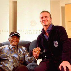 Nelson Mandela recibe a David Beckham en Johannesburgo