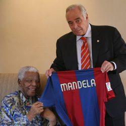 Nelson Mandela recibe una camiseta del Fútbol Club Barcelona