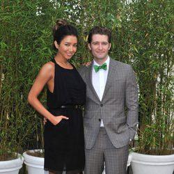 Matthew Morrison y Renee Puente en una fiesta en los jardines del Palacio de Kensington