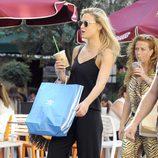 Bar Refaeli pasea por Madrid con una amiga