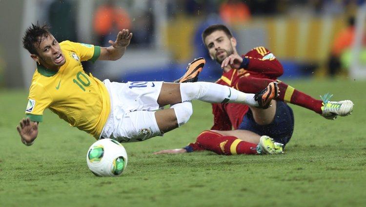 Gerard Piqué hace una falta a Neymar en la final de la Copa Confederaciones 2013