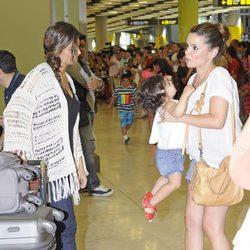 Sara Carbonero saluda a Carme Chaparro a su vuelta de Brasil