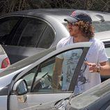Carles Puyol sale del coche al llegar a una playa en Ibiza