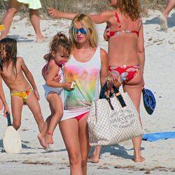 Carolina Cerezuela con su hija Carla en la playa de Formentera