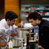 Juan Manuel muestra su comida durante la final de 'Masterchef'