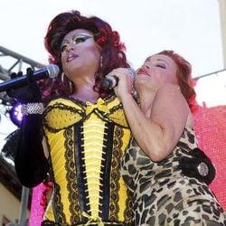 La Plexy y Paloma San Basilio en el pregón del Orgullo Gay 2013 de Madrid