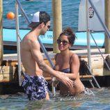 Cesc Fábregas y Daniella Semaan dándose un baño en Ibiza