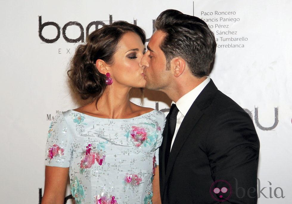 Paula Echevarría y David Bustamante besándose en el quinto aniversario de Bambú