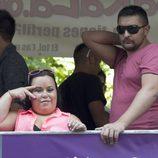 Almudena Fernández 'Chiqui' y su marido Borja en el desfile del Orgullo Gay 2013