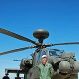 El Príncipe Harry de Inglaterra posando como comandante del helicóptero Apache