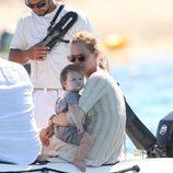 Uma Thurman y su hija Rosalind en una lancha en las playas de Saint Tropez