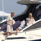 Uma Thurman y la pequeña Rosalind en un barco en las playas de Saint Tropez