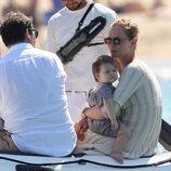 Uma Thurman hablando con su novio Arpad Bosson en una lancha en las playas de Saint Tropez