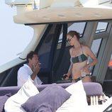 Uma Thurman en bikini hablando con su novio Arpad Bosson en un barco en las playas Saint Tropez